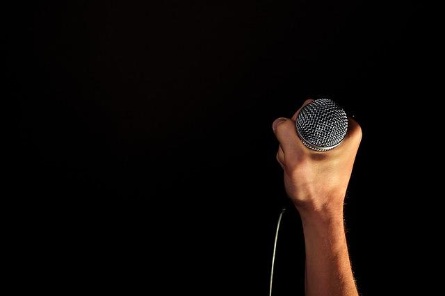 Guía para facturar conciertos y actuaciones artísticas (altas, IVA, IRPF)
